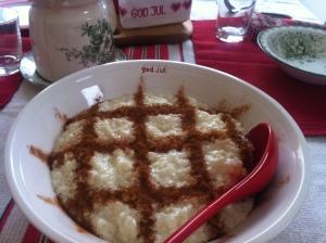 Den oerhört viktga grötfrukosten - jag och farmor kokar gröten tillsammans på morgonen.