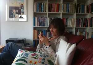 Mamma/mormor djupt koncentrerad.