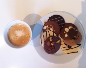 Latte och sjukt avancerad choklad.