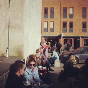 Göteborg ligger tydligen vid Medelhavet, för folk satt ute och fikade. Fullsatt uteservering, på riktigt.