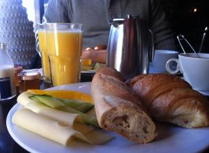 Baguette, croissant, ost och marmelad. Och juice och kaffe såklart.