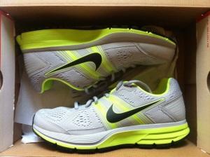 Nya skorna i sin låda! Modellen heter Nike Air Pegasus + och detta är herrvarianten. Dam är blå/grå.