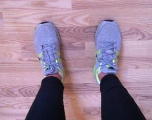 På fötterna, på rent golv.