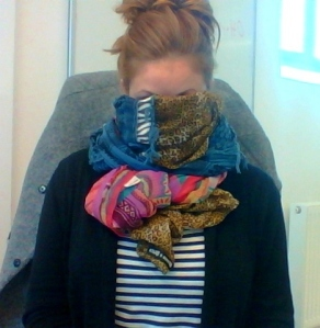 Stor och distraherande sjal som kan dölja fulfejset.