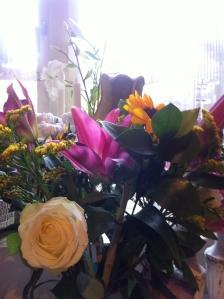 Solrosor, liljor och rosor i fantastiska färger. Fatta blommängden i mitt hem nu?