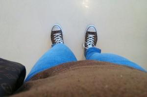 Gamla jeans, men vårpremiär även för dem. Gillar inte ljusa jeans på vintern.