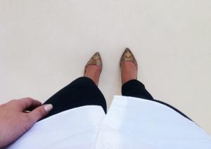 Crisp vit skjorta, mörkblå jeans och guldiga KG:s.