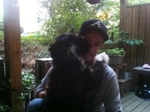 En man och hans hund. Hans fåniga men gulliga hund.