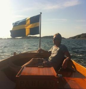 Henrik styr hem Pärlan efter en dag på ö.