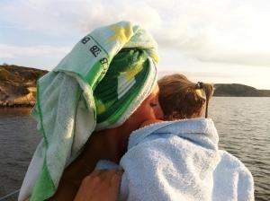 Efter bad - puss och handdukskram av mamma.