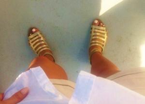 Ibland beiga shorts, vit skjorta och guldsandaler.
