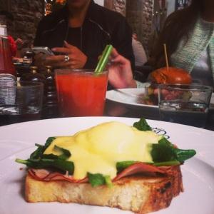 Egg Benedict - det godaste som finns. Och ja, det är en Bloody Mary i bakgrunden.