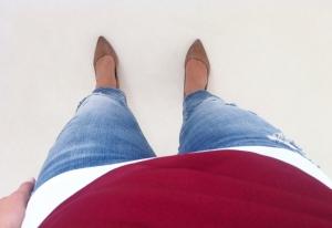 Trasiga, korta jeans, vitt linne och mörkröd tunn tröja. Fresh!