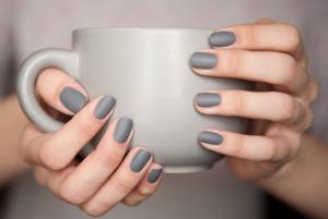 Perfekta grå, matta naglar. Ururursnyggt.