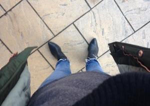 Perfekt mängd kläder också. Mysig grå tröja, svart väska, halsis och skor.