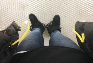 Enorm jacka, slimmade jeans och megafransiga skor. Like.
