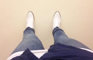 Jobbar vita pjuck och (skrynklig) blå skjorta idag.