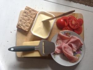 Ost, skinka, tomat och saltoch peppar. Möms.