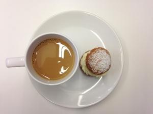 Minisemla och kaffe. Jag åt två!