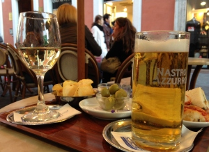 En Nastro Azurro, ett glas vitt och ogenerat stirrande på förbipasserande.