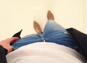 Trasiga jeans, leoparddojs, vit t-shirt och lång tunn kavaj/kofta.