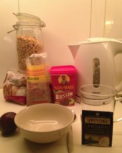 Te, ett plommon samt fil med müsli, russin, linfrö och mandel.