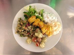 Dallad, quinoa, mangokycklingspett, tomat/mozzarella samt fetachiliröra och mama ganoush. Hjälp.