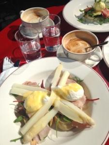 Eggs Benedict med vit sparris. Maten: 3/5. Bilden: 0/5.