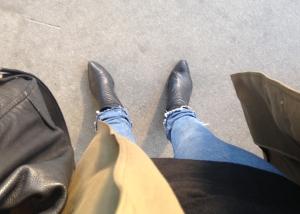 Prydlig i svart, grönt och jeans. Ej i bild: svart halsduk.