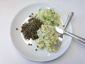 Äggröra, linser och kålsallad från Svarta Lådan.