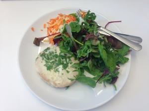 Kikärts-och-madelbiff med fetaosttäcke plus råkost och sallad.