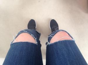 Kör casual stil med gympadojjor och bara knän.