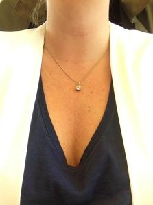 Litet halsband som jag egentligen inte gillar också, önskar att kedjan vore längre.