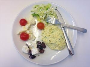 Äggröra, feta och oliver, tomat och mozzarella och någon kålsallad.