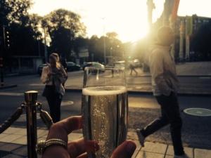 Ett glas champagne på Strandvägen 1. Inte hemskt.