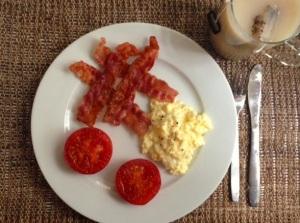 Te plus äggröra-bacon-tomat. Bättre söndagsfrukost finns det inte.
