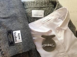 Grå yllehalsduk, dito kofta, fräsch vit skjorta i linne-bomullsblandning och liten mystisk påse.
