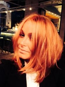 Håret ser väldigt rött ut, men det beror på Easts infravärmelampor. I like it!