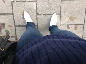 Vita boots, vit skjorta. Resten marinblått och svart, en kombo jag gillar mer och mer.