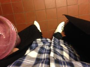 Svart stor kofta och svart halsis istället för jacka. Till vänster min lunch, en Stocks und Stocks som vanligt.