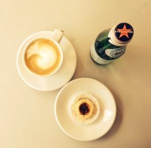 Cappuccino, Pellegrino och en liten syltkaka. Utmärkt fika.
