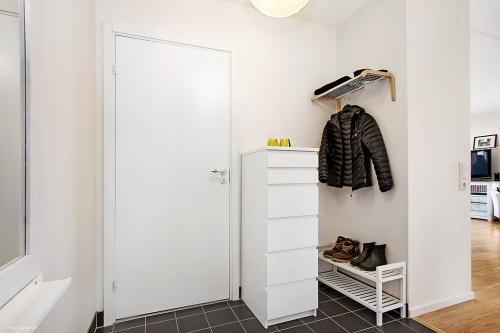 Jättetråkig bild på hallen och badrumsdörren.
