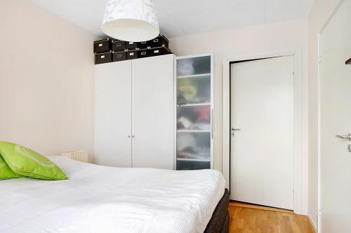 Sovrummet och dörren som leder till blivande gästrummet.