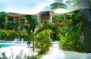 Hotellet och poolen by day. Hej djungeln!