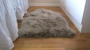 Gillar den beigebruna pälsen mycket och vill egentligen ha lägenheten full av fällar i olika längd, storlek och färg men besinnar mig. Kanske.