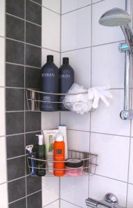 Överhyllan: bamseflaskor schampo och balsam plus skrubbvante och duschsvamp. Nederhyllan: allt annat.