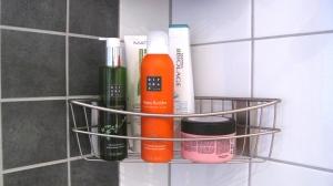 Duscholja och skum från Rituals, schampo och balsam från Biolage och inpackning från Maria Nila.