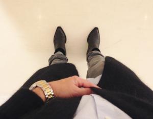 Kör nysulade skor (365 spänn?!), grå jeans, ljusblå krispig skjorta och världens härligaste mohairkofta från Acne.