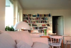 Ok, en glimt av soffan blev det. Men KOLLA bokhyllan, hur fint?