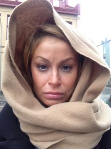 Såhär sur var jag när jag fick linda halsduken funt huvudet för att inte regnet skulle sabba frissen.